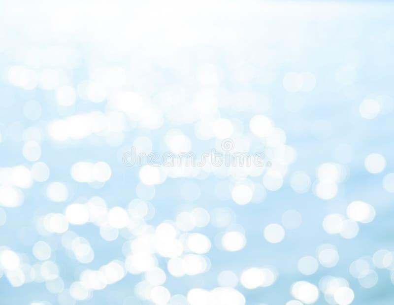 反射被弄脏的Bokeh在蓝色海 免版税库存照片