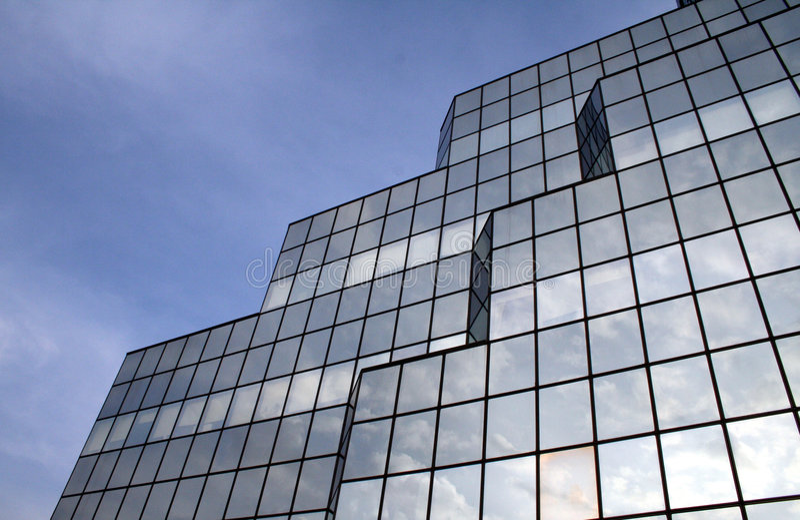 反射视窗的4朵云彩 免版税库存图片