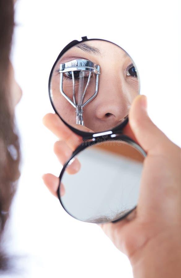 反射镜子眼睛卷发的人 库存图片
