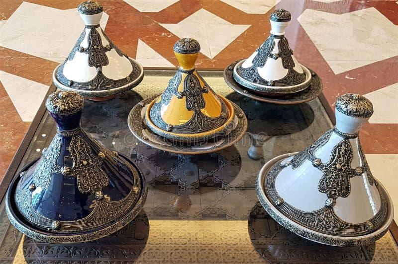 反射非洲北部的烹饪传统的美丽的tagine盘 免版税库存照片