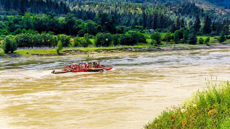 反应轮渡横穿快速流动的弗拉塞尔河在不列颠哥伦比亚省 库存图片
