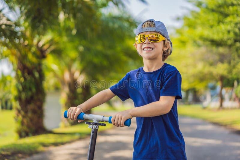 反撞力滑行车的孩子在公园 E r ?? 库存图片