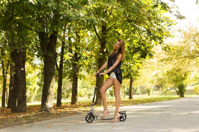反撞力滑行车女孩 库存照片