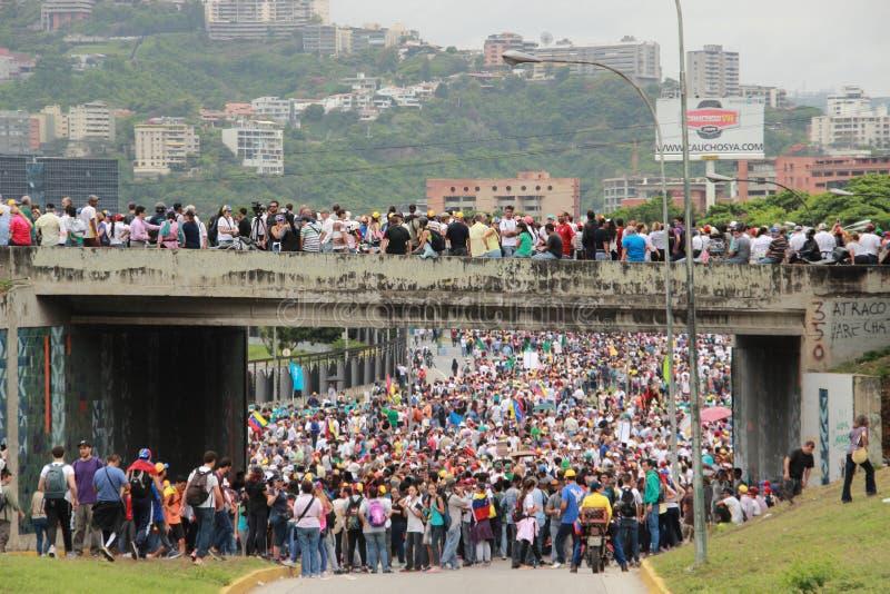反政府抗议者在加拉加斯,委内瑞拉封锁了一条高速公路 免版税库存照片
