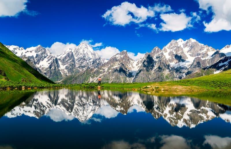 反映多雪的山背景的湖  库存照片