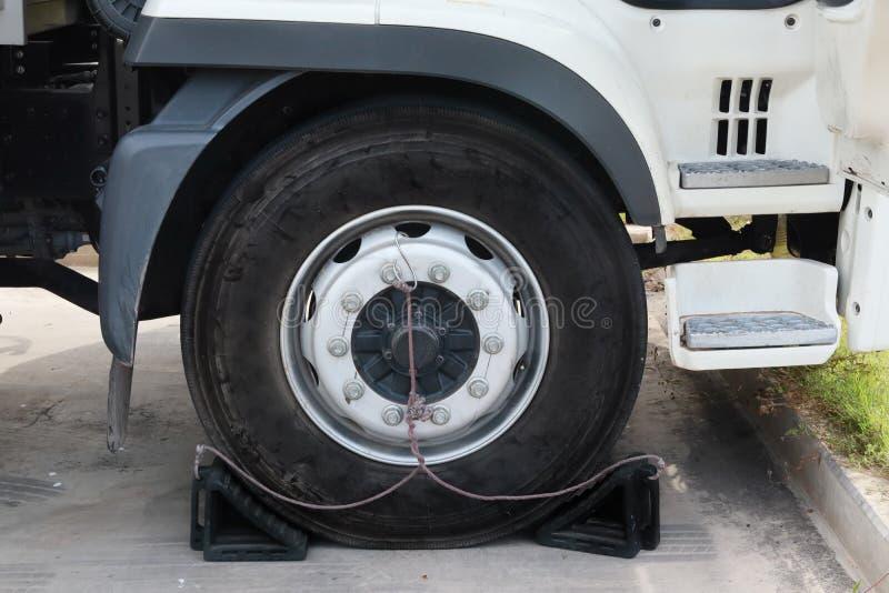反滑动耐久的车卡车橡胶轮子停止者,橡胶防止卡车移动轮子  免版税库存图片
