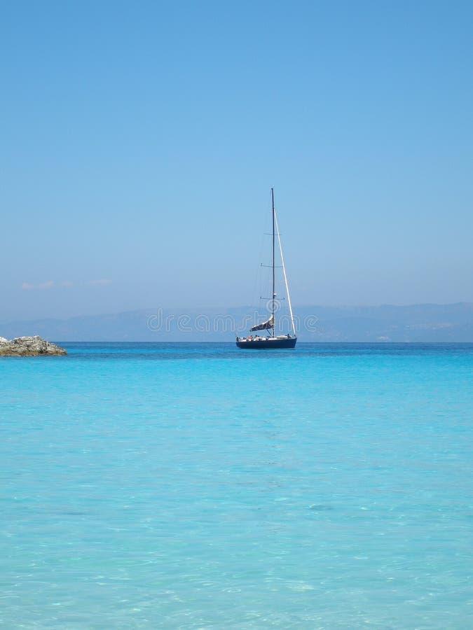反蓝色希腊paxos游艇 免版税库存照片