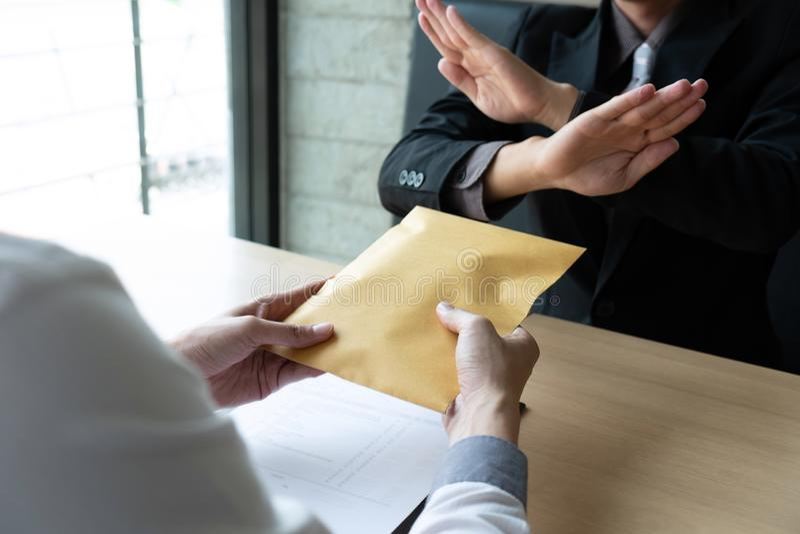 反贿赂和腐败概念,拒绝的商人和不接受金钱钞票包围从商人的提议 库存照片