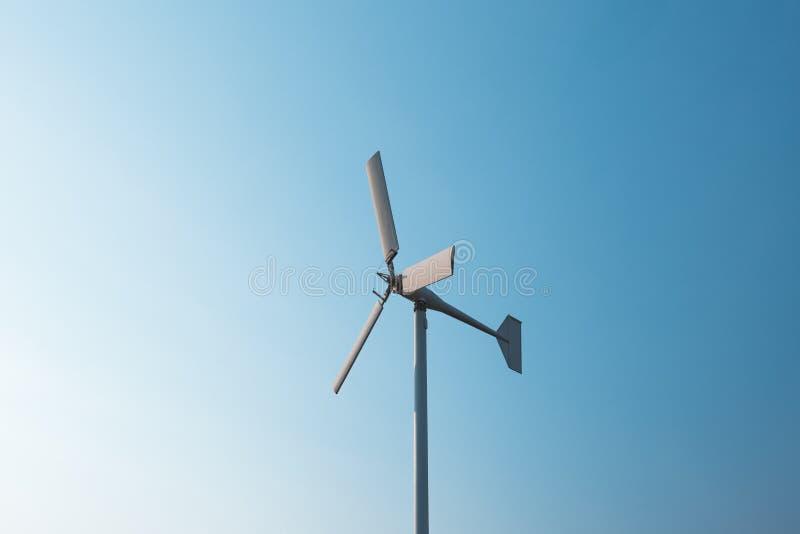 发与天空蔚蓝的风轮机电 能源节约概念 免版税库存图片