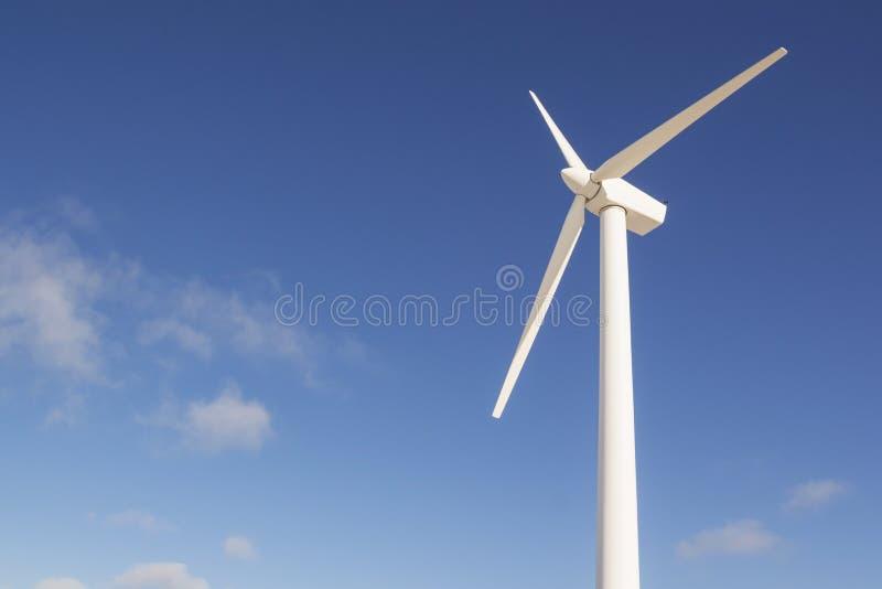 发与蓝天的风轮机电-能源节约概念 免版税图库摄影