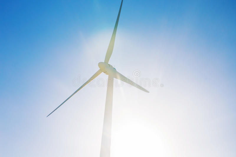 发与蓝天的风轮机电-能源节约概念 免版税库存照片
