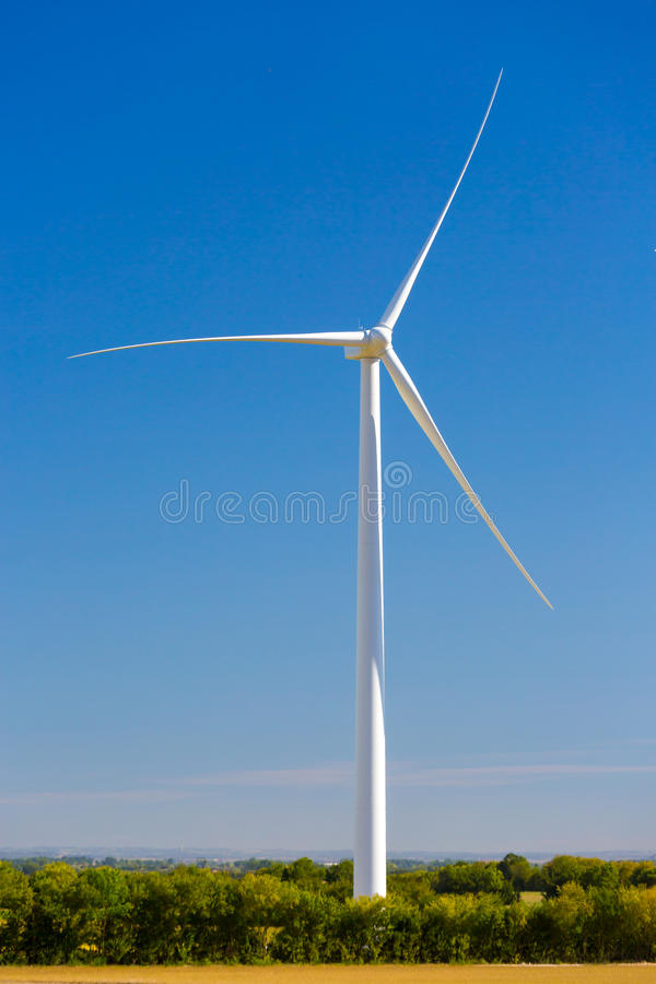 发与蓝天的风轮机电-能源节约概念 库存图片