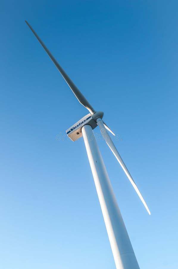 发与蓝天的风轮机电 免版税库存照片