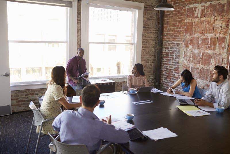 发会议室言的商人身分 免版税库存照片