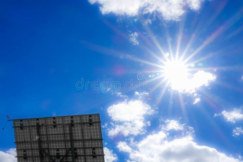 发光在一块太阳电池板的强的太阳 免版税库存图片