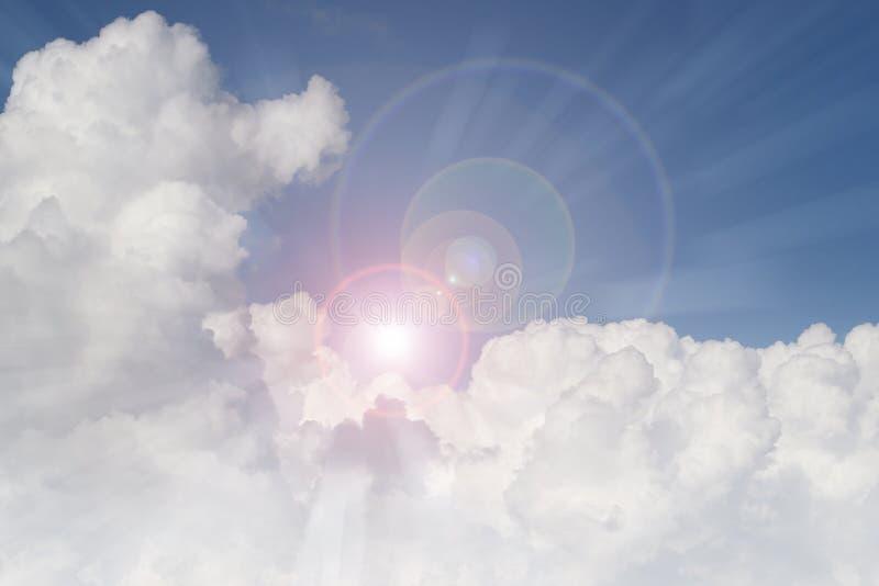 发光在云彩的太阳 免版税库存照片