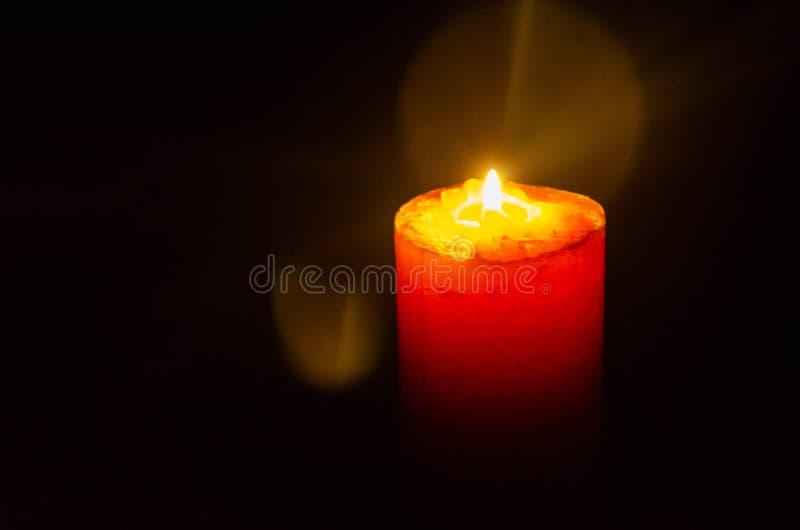 发光在动力故障期间的蜡烛 免版税库存图片