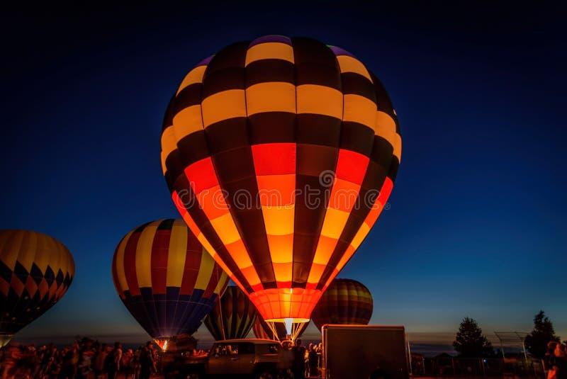 发光在夜空的热空气气球 库存照片