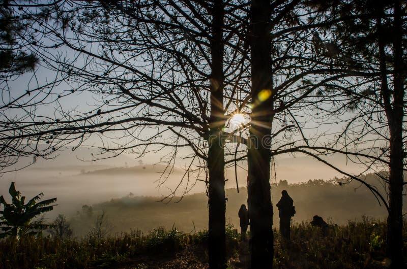 发光在山风景的太阳 库存照片