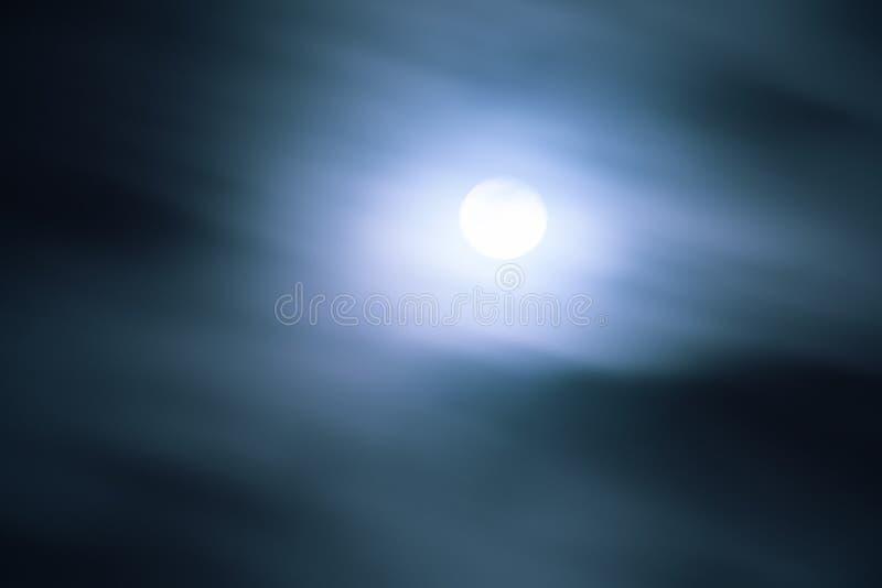 发光在快行云彩后的满月;运动迷离 免版税库存照片
