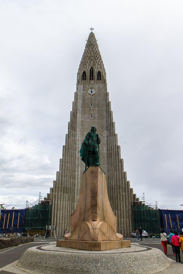 发光在教会的北极光在雷克雅未克冰岛10 06,2017 免版税库存图片