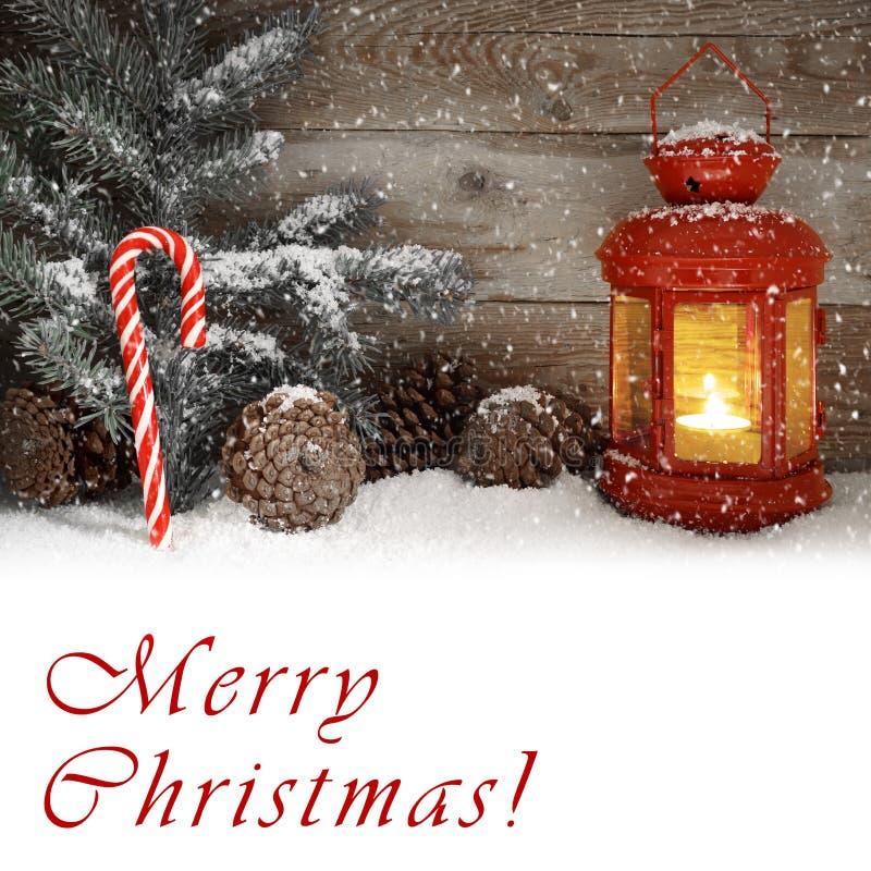 发光在斯诺伊圣诞夜的红灯记 免版税图库摄影