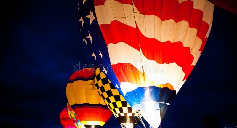发光在晚上的热空气气球 图库摄影