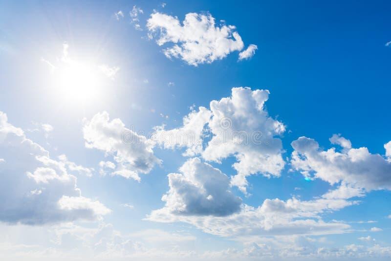 发光在白色云彩的太阳 免版税库存照片
