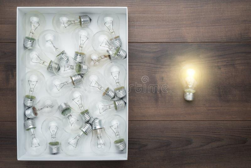 发光在箱子之外的电灯泡作为认为在箱子概念外面 库存图片