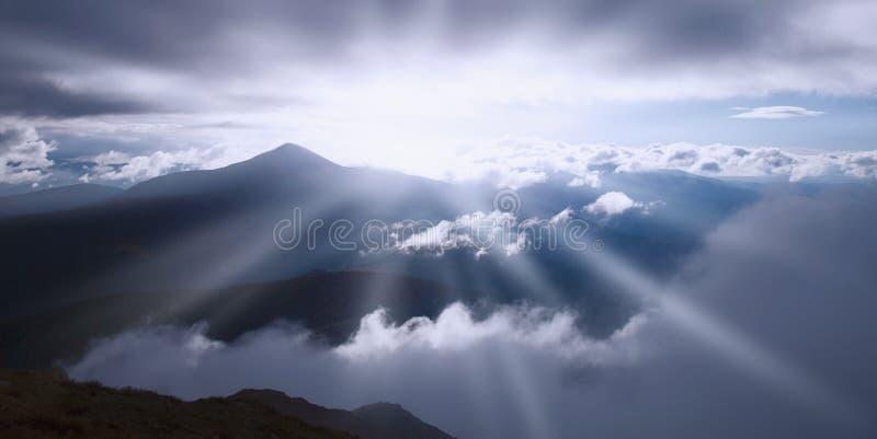 发光在阳光下山的美丽如画的看法, 图库摄影