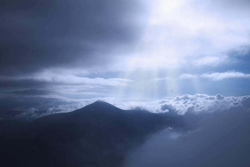 发光在阳光下山的美丽如画的看法 微量 免版税库存图片