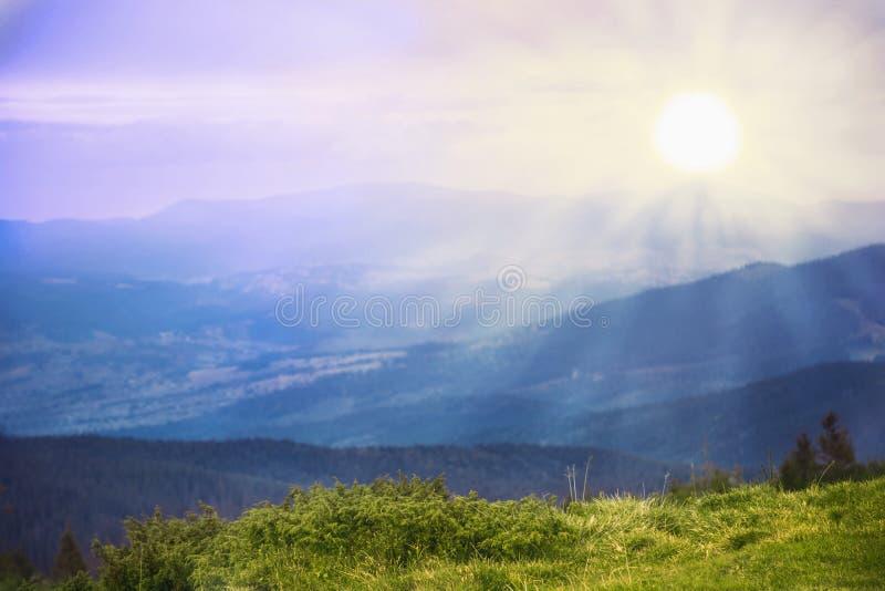 发光在阳光下山的美丽如画的看法 免版税库存照片