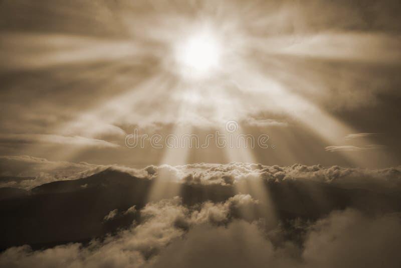 发光在阳光下山的美丽如画的看法 图库摄影