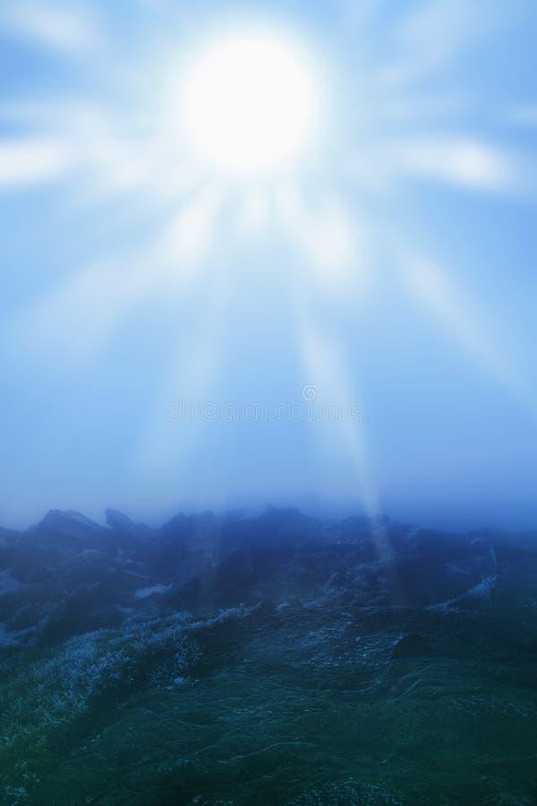 发光在阳光下山的美丽如画的看法 库存照片