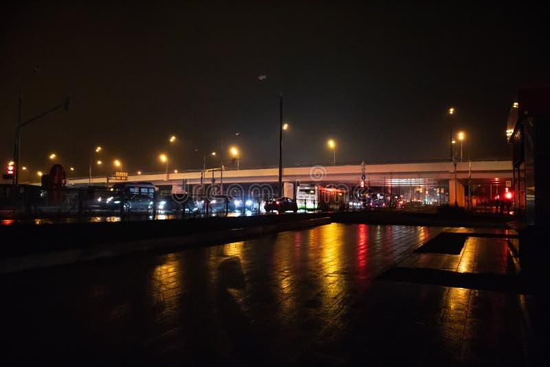 发光在黑暗的城市光 免版税库存照片