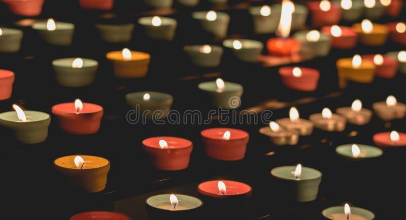 发光在黑暗的烛光焰,制造精神气氛 免版税库存照片