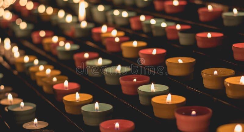 发光在黑暗的烛光焰,制造精神气氛 免版税库存图片