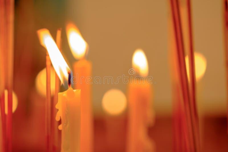 发光夜的许多烛光焰,创造一精神atmo 免版税库存照片