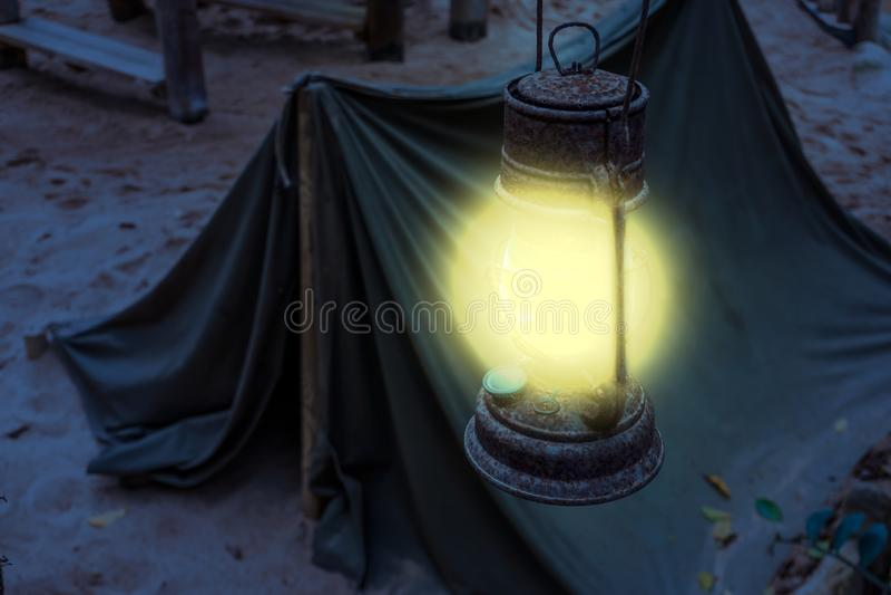 发光明亮的光的老生锈的被点燃的灯笼在夜,矿工阵营,生存暴涨期间本质上在夜之前 库存照片