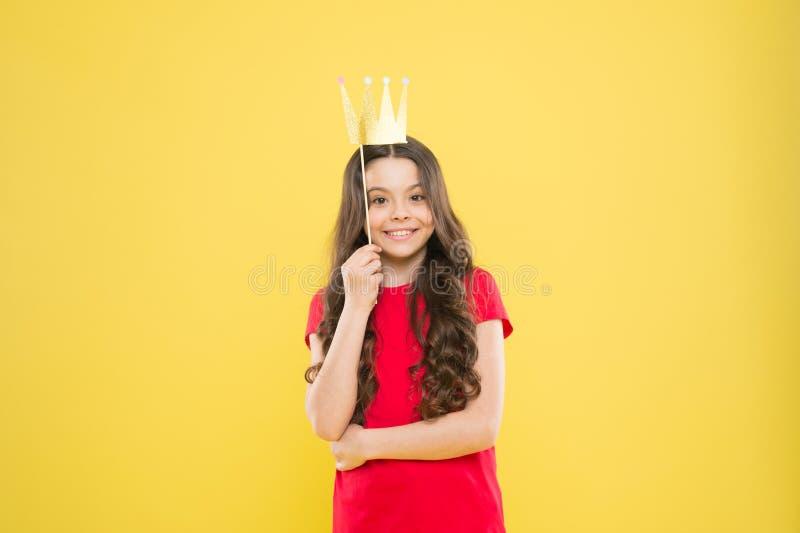 发光明亮 优越公主 幸福和喜悦概念 获得女孩的孩子乐趣 r ?? 库存图片