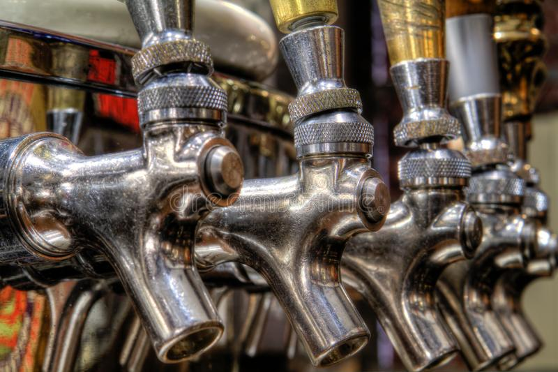 发光的啤酒轻拍 免版税库存图片
