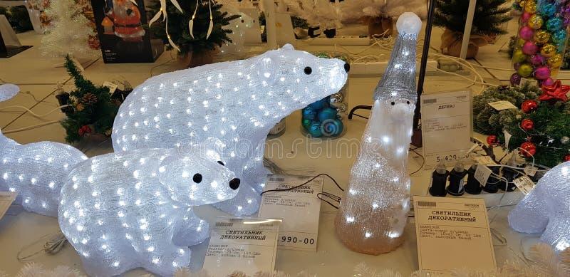 发光的圣诞节鹿和其他装饰在商店 库存照片