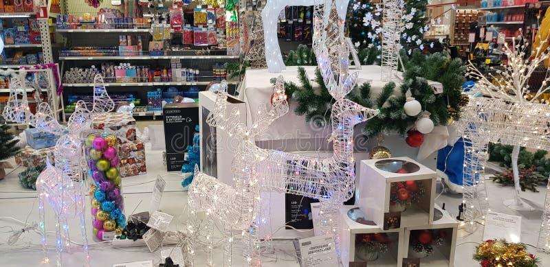 发光的圣诞节鹿和其他装饰在商店 库存图片