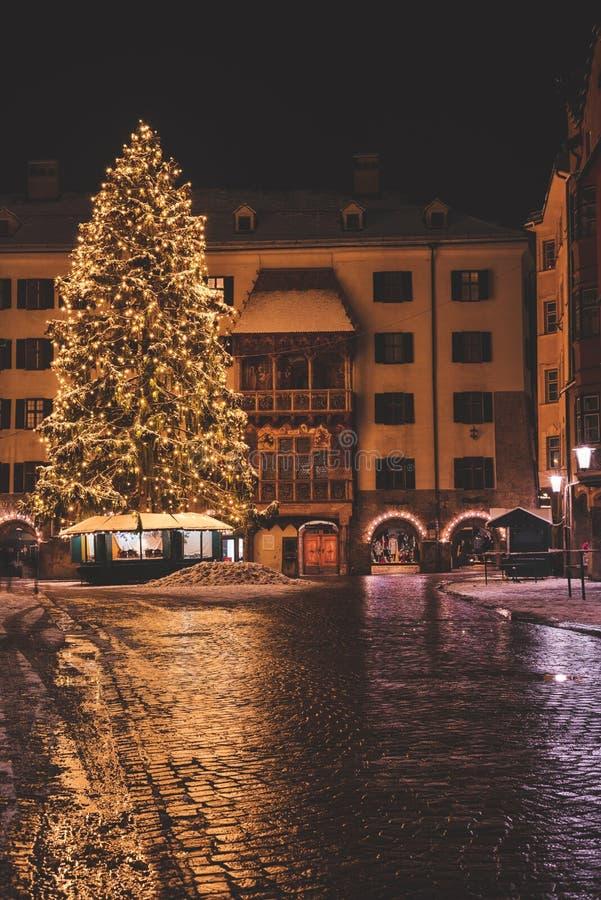 发光的大圣诞树欧洲节日橙色市场庭院假日装饰 免版税图库摄影