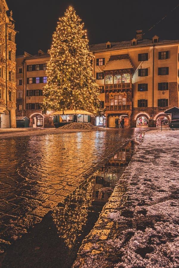 发光的大圣诞树欧洲节日橙色市场庭院假日装饰 库存图片