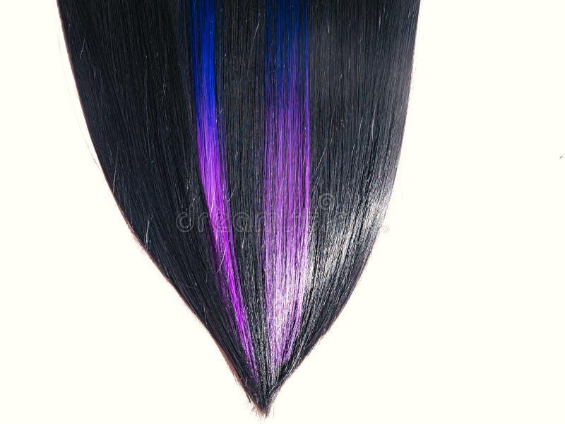 发光的平直的黑色头发背景 有色的紫色淡紫色蓝色子线的美丽的光滑的深色的头发 beauvoir 库存照片