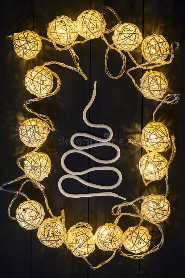 发光的新年诗歌选和装饰品在黑暗的背景 复制空间 节假日 圣诞节新年度 免版税库存图片