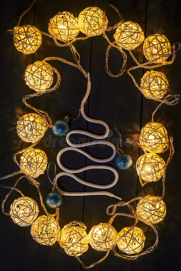 发光的新年诗歌选和装饰品在黑暗的背景 复制空间 节假日 圣诞节新年度 图库摄影