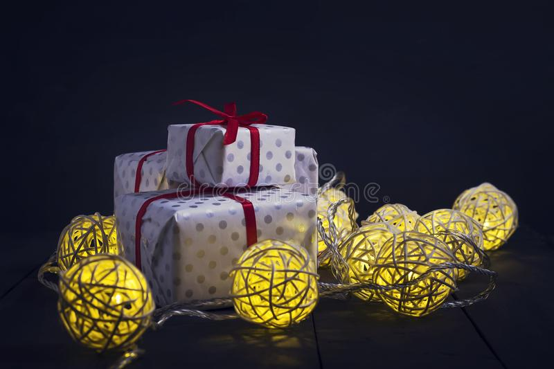 发光的新年诗歌选和装饰品在黑暗的背景 复制空间 节假日 圣诞节新年度 免版税库存照片