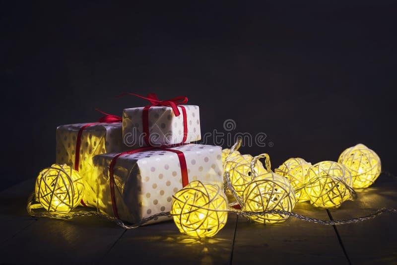 发光的新年诗歌选和装饰品在黑暗的背景 复制空间 节假日 圣诞节新年度 库存图片